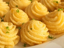 Шприцовано картофено пюре на фурна със сирене, заквасена сметана, пресен зелен лук и копър - снимка на рецептата